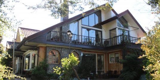 Amplia y Hermosa Casa con Dos Departamentos en Sector Regional